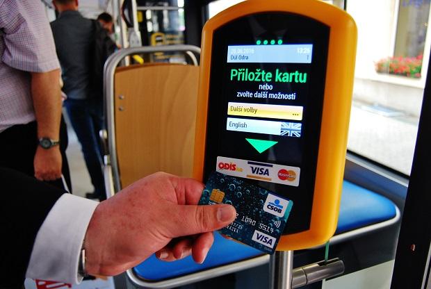 Denně si elektronickou jízdenku v Otravě zakoupí v průměru více než 6 tisíc cestujících (foto: Zdeněk Nesveda)