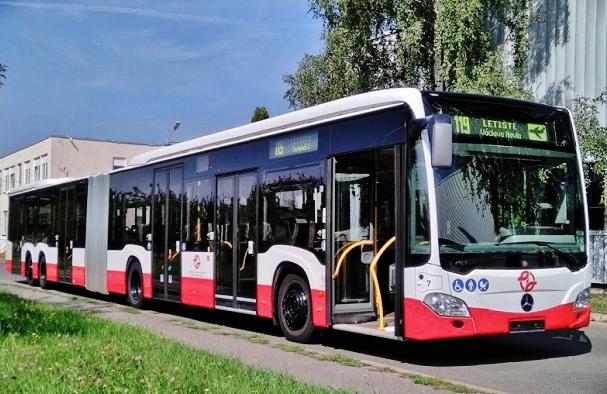 Autobus Mercedes-Benz CapaCity L v pětidvéřovém provedení umožňuje urychlení pohybu cestujících na mimořádně vytížených trasách (foto: DPP)