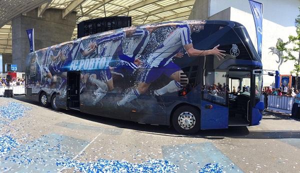 Zvenku se patrový autobus s nápadným klubovým polepem jeví jako úplně obyčejný NEOPLAN Skyliner (foto: MAN Truck & Bus )