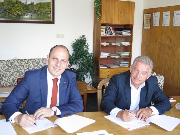 Smlouvu podepsal předseda jejího představenstva Ing. Miloslav Kulich (vpravo) a za společnost SOR Libchavy, spol. s r.o. její obchodní ředitel Ing. Filip Murgaš PhD. (foto: DPMHK)