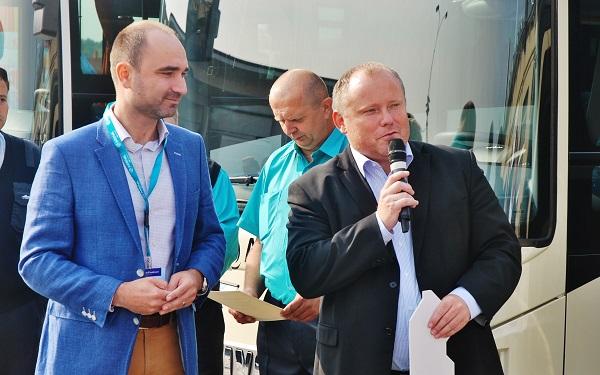 Daniel Adamka (vlevo) společně se Zdeňkem Abrahamem vítají hosty na Dni otevřených dveří ARRIVA Střední Čechy2017 (foto: Zdeněk Nesveda)