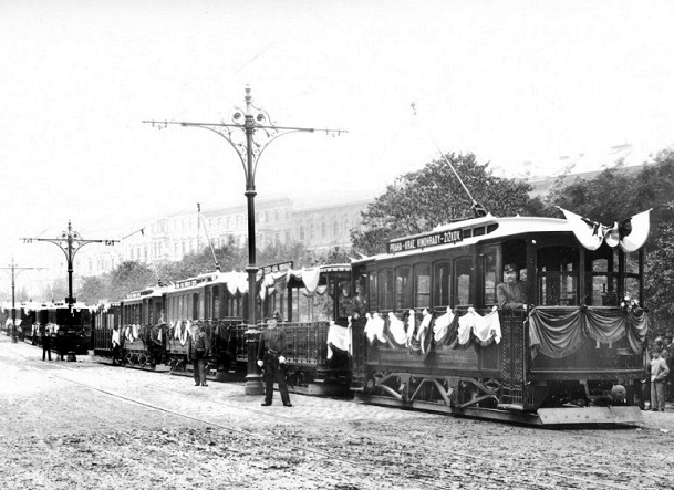 Dne 18. září 1897 slavnostně zahájily Elektrické podniky, jejichž je Dopravní podnik přímým nástupcem, provoz na první trati od Německého divadla kolem nádraží císaře Františka Josefa (foto. archiv DPP)
