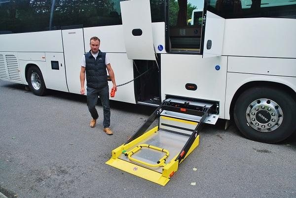 Názorná ukázka jednoduché manipulace s výtahem – plošinou a ukotvení invalidních vozíků. Instruktáž David Salášek z Iveco Bus (foto: Zdeněk Nesveda)