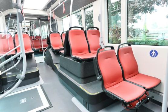 Dopravní podnik Linz AG Linien představil veřejnosti první z celkem dvaceti parciálních trolejbusů (foto: Van Hool)