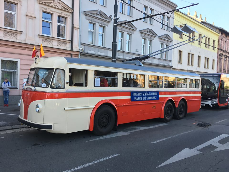 Fanoušci pražské hromadné dopravy uvítali přítomnost historického trolejbusu Tatra T400 (evidenční číslo 431), (foto: DPP)