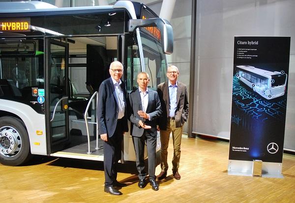Světová premiéra Mercedes – Benz Citaro hybrid, novinku představili, pánové (zleva) Ulrich Bastert, ředitel marketingu a prodeje, Gustav Tuschen, technický ředitel a Hartmut Schick, generální ředitel Daimler Buses a ředitel EvoBus GmbH (foto: Zdeněk Nesveda)