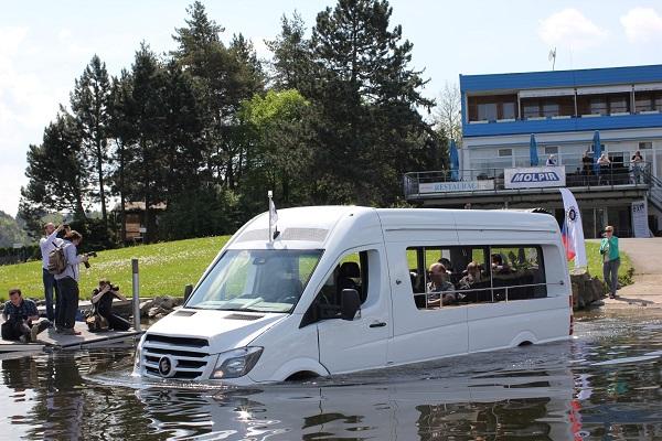 Premiéra obojživelného autobusu na Slapské přehradě v květnu letošního roku (foto: Molpir)