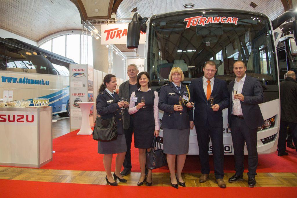 Z rukou jednatele Turancaru Viktora Wiesnera si klíče od zbrusu nového autobusu ISUZU VISIGO si převzala osobně plk. Ing. Vendulka Holá (foto: Martina Wiesner)
