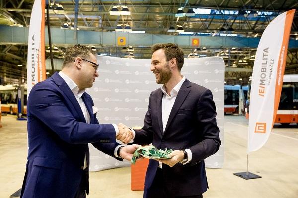 Slavnostní předání nových elektromobilů v DPP, zleva Kamil Čermák, generální ředitel ČEZ ESCO a Martin Gillar, generální ředitel a předseda představenstva DPP (foto: DPP)