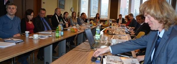 Praktické skúsenosti s chytrými mestami prezentoval J. Slavík (prvý sprava)