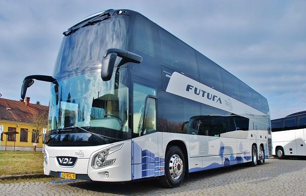 VDL Futura FDD2 je milníkem vysoce kvalitní modelové řady VDL Futura. S kapacitou až 96 cestujících představuje tento dvoupodlažní autobus komfortní a optimální dopravní řešení pro dálkovou meziměstskou a zájezdovou dopravu. Dačice 2017 (foto: Zdeněk Nesveda)