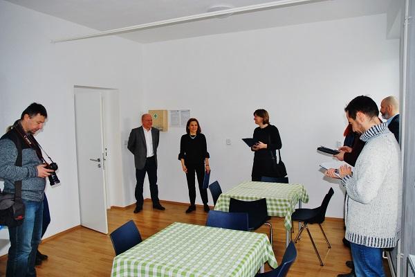 Vedení společnosti představuje novinářům nově vybudované prostory pro řidiče (foto: Zdeněk Nesveda)