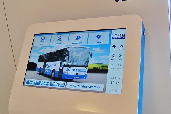 Interaktivní informační panel pro cestující s informacemi o spojích a službách ICOM transport (foto: Zdeněk Nesveda)