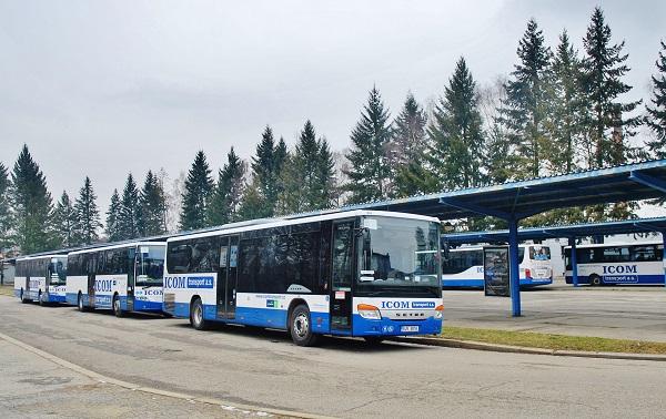 Autobusy ICOM transport na stávajícím autobusovém nádraží v Humpolci, za povšimnutí stojí, že i přes nepřízeň počasí jsou všechny naprosto, dokonale čisté! (foto: Zdeněk Nesveda)