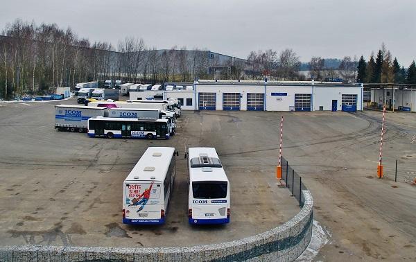 Servisní centrum Mercedes - Benz společnosti ICOM transport v Humpolci s velkorysým prostorem pro parkování a odstavení autobusů a kamionů. (foto: Zdeněk Nesveda)