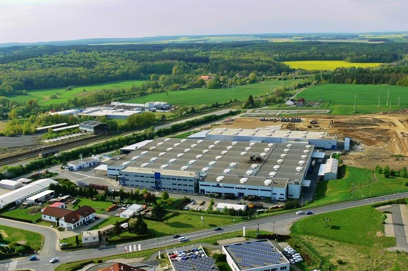 Na zelené louce vnikají nové výrobní prostory o velikosti 30 000 m2. Výroba zde bude zahájena v létě 2019 (foto: Zdeněk Nesveda)