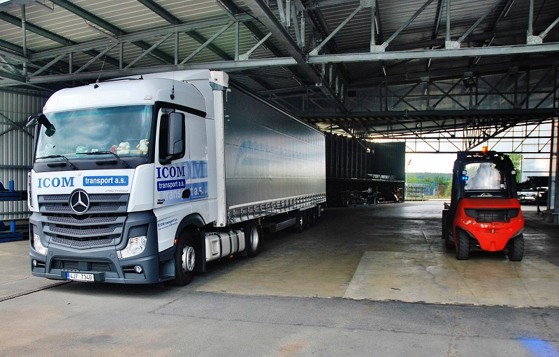 Naložený kamion ICOM transport v závodě EvoBus v Holýšově před cestou do Německa (foto: Zdeněk Nesveda)