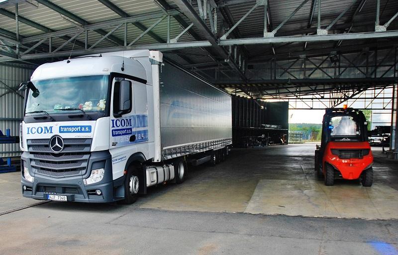 Kamion společnosti ICOM transport, odváží podvozkové časti autobusů k dalšímu zpracování do Německa (foto: Zdeněk Nesveda)