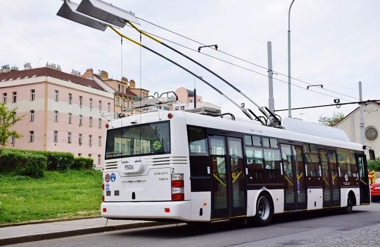 Parciální Trolejbus  Škoda 30Tr jezdí i bez trolejového vedení (foto: DPP)