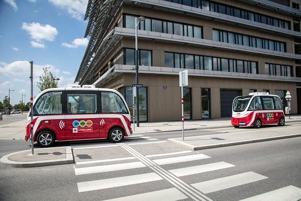 Test autonomních elektrobusů v Jezerní čtvrti