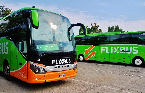 Italský a český autobus v barvách FlixBusu dnes v Karlíně (foto: Zdeněk Nesveda)