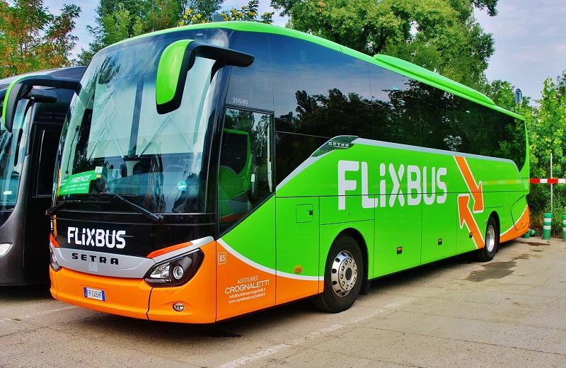 Italský autobus FlixBus odpočívá v Karlíně před cestou do Florencie (foto: Zdeněk Nesveda)
