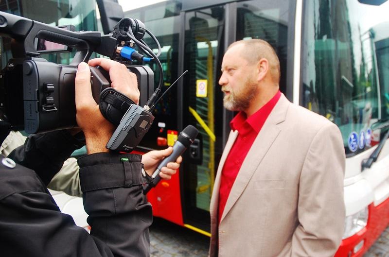 Obchodní manažer Radek Kapr, zástupce výrobce ŠKODA ELECTRIC a.s. byl při slavnostní předávaní nových trolejbusů (foto: Zdeněk Nesveda)