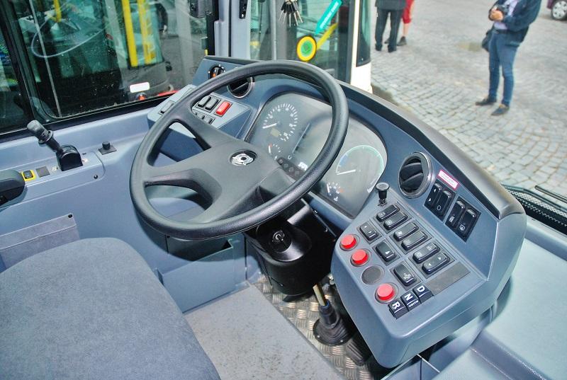 Pracoviště řidiče v novém moderním trolejbusu SOR (foto: Zdeněk Nesveda)