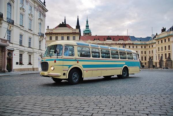 Škoda 706 RTO Lux na Hradčanském náměstí v Praze, majitel Jan Kukla a autobus uvidíte na veletrhu CZECHBUS 2018 (foto: Zdeněk Nesveda)