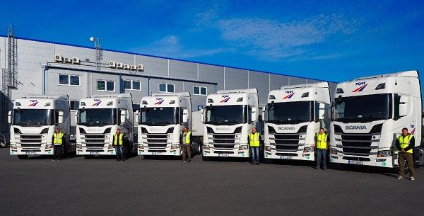 Všech 6 vozidel je ve stejné konfiguraci 4x2 s kabinou řady R a třináctilitrovým šestiválcovým motorem o výkonu 450 koní (foto: Scania)