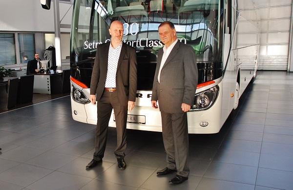 Robert Osvald, vedoucí prodeje autobusů Mercedes - Benz a Setra a Viliam Turan při slavnostním předávání nových autobusů (foto: Zdeněk Nesveda)