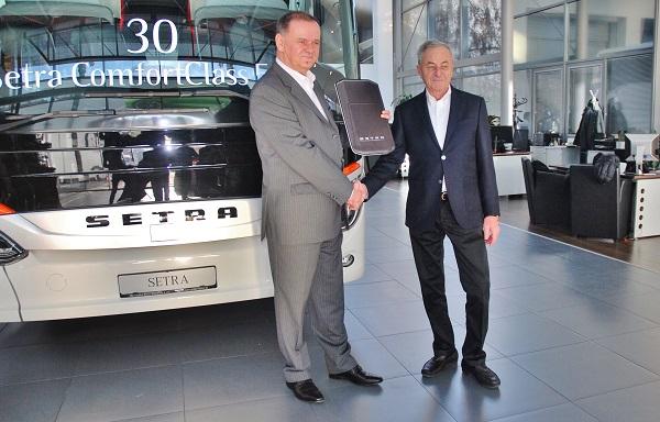 Viliam Turan převzal symbolický klíč od generálního ředitele MB Slovakia Andreje  Glatze