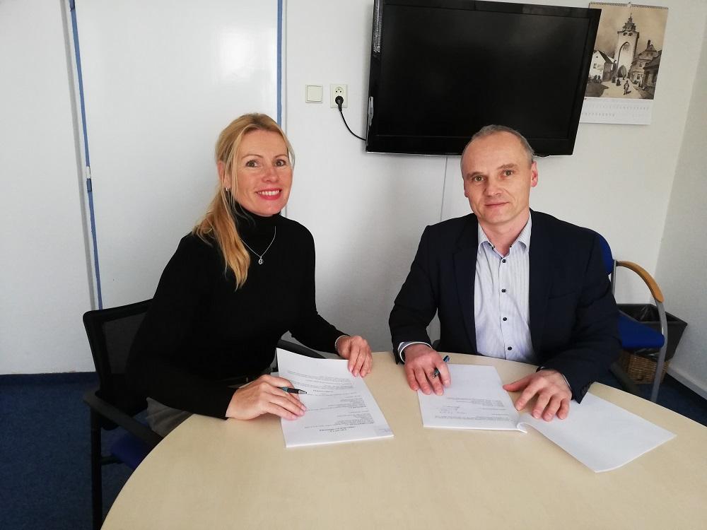 Radmila Pospíšilová, jednatelka společnosti Mobilboard a František Soumar, ředitel Arriva Střední Čechy při podpisu smlouvy (foto: Mobilboard)