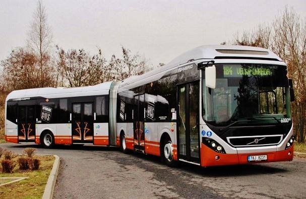 Kloubový autobus značky Volvo s označením 7900 LAH v Praze (foto: foto:DPP)