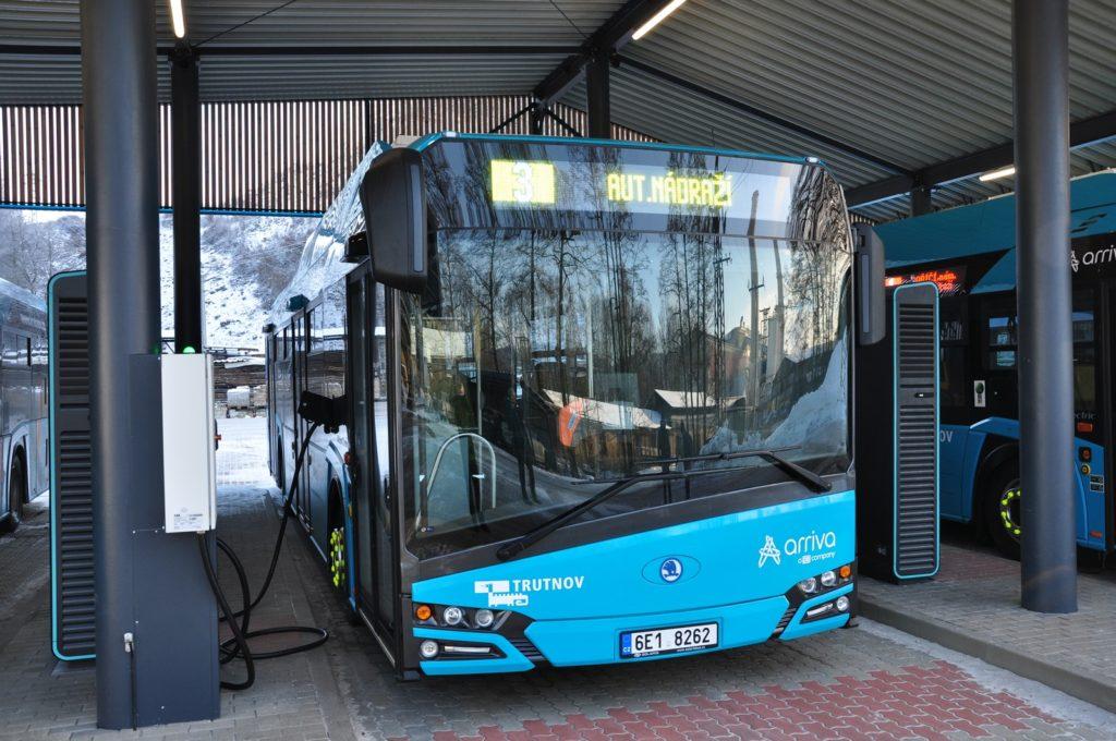 Dobíjení elektrobusů zajistí jedna rychlodobíjecí stanice dodaná společností ČEZ ESCO a čtveřice normálních dobíjecích stanic Škoda