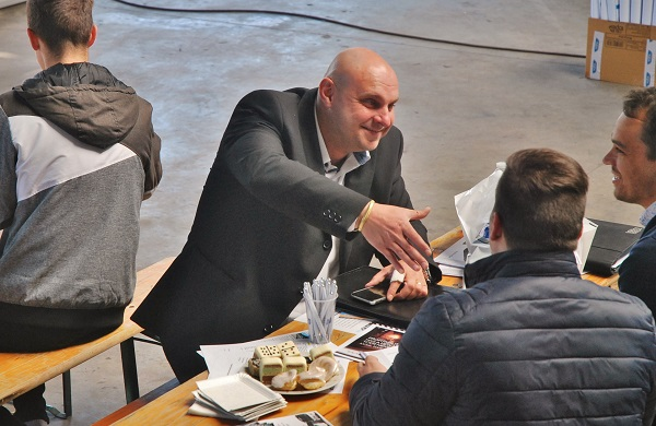 Martin Schlosser obchodní ředitel českého zastoupení VDL Bus & Coach při jednání se zákazníky (foto: Zdeněk Nesveda)