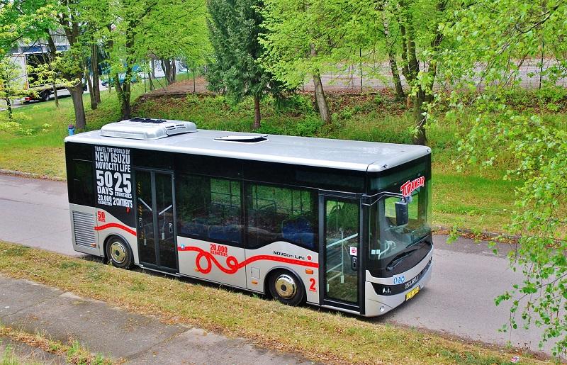 ISUZU NOVOCITI Life PREMIUM v Praze, prostorný městský midibus s nápadně vysokým bočním prosklením (foto: Zdeněk Nesveda)