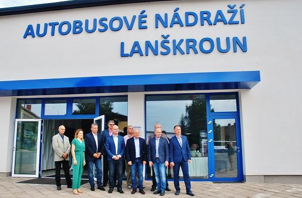 Slavnostní otevření nové budovy autobusového nádraží v Lanškrouně za přítomnosti hejtmana Pardubického kraje Martina Netolického (foto: Zdeněk Nesveda)