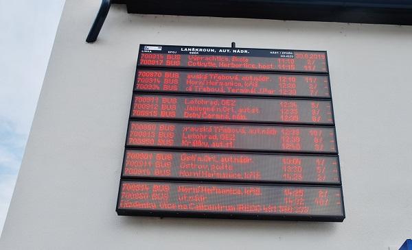 Elektronické informace o aktuálních odjezdech a příjezdech autobusů na nově zrenovované autobusové nádraží v Lanškrouně (foto: Zdeněk Nesveda)