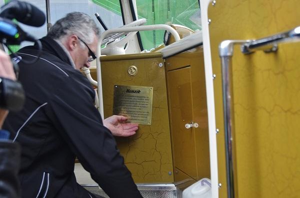 Milan Horka umístil pamětní tabulku s jménem Jana Arazima do svého nového autobusu Tatra 500 HB (foto: Zdeněk Nesveda)