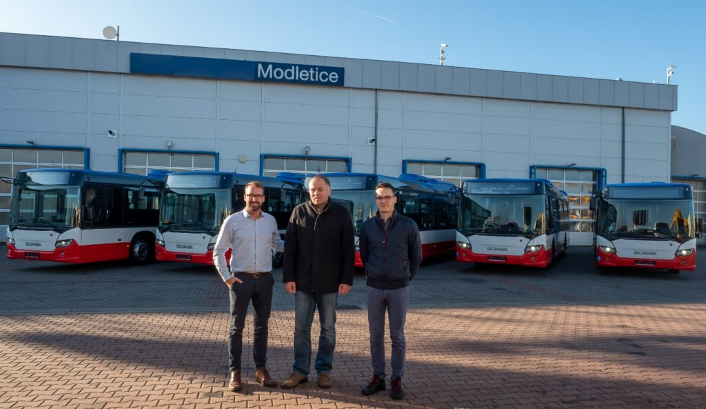 Zleva: Ondřej Hejduk - vedoucí servisu Scania Modletice, Milan Poledný - majitel ČSAD POLKOST, Lukáš Martinů – manažer prodeje autobusů Scania CER