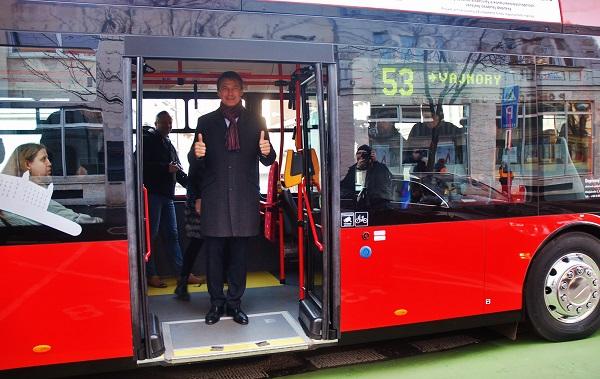 První cesta primátora Ivo Nesrovnala elektrickým autobusem do práce (foto: Zdeněk Nesveda)